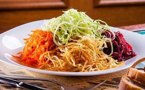 Горки овощей на блюде