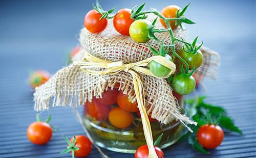 Зеленые и красные консервированные помидоры черри