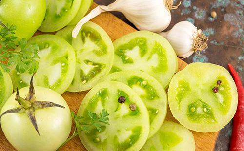 Нарезанные кружками зеленые помидоры