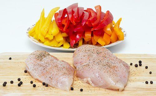 Куриное филе и порезанный разноцветный перец