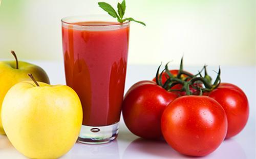 Томатный сок, свежие яблоки и помидоры