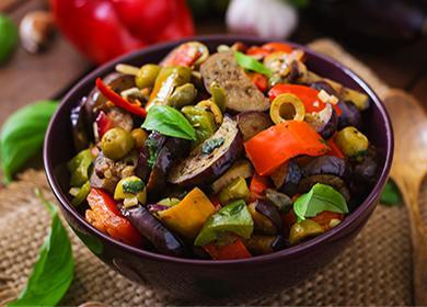 Рагу из баклажанов, перцев, оливок и зелени
