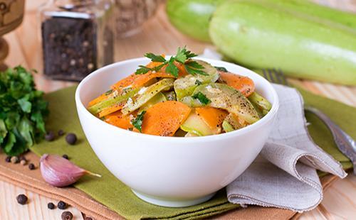 Кабачки с морковью, чесноком и зеленью в тарелке