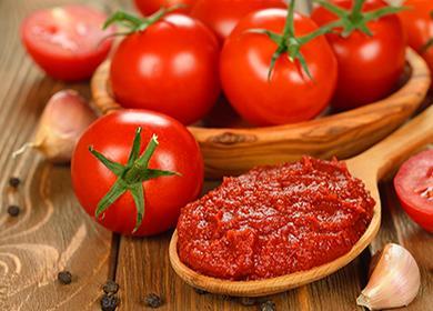Помидоры и томатная паста в деревянной ложке
