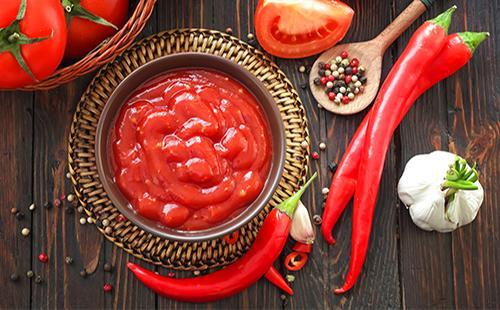 Томатная паста в тарелке, помидоры и острый перед