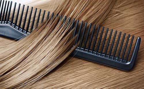 Светлые волосы и рассческа