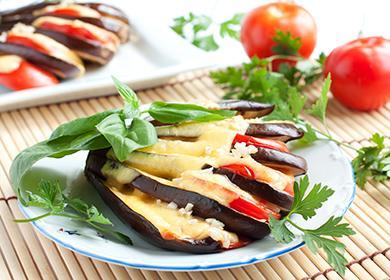 Запечённые с сыром и помидорами баклажаны на тарелке