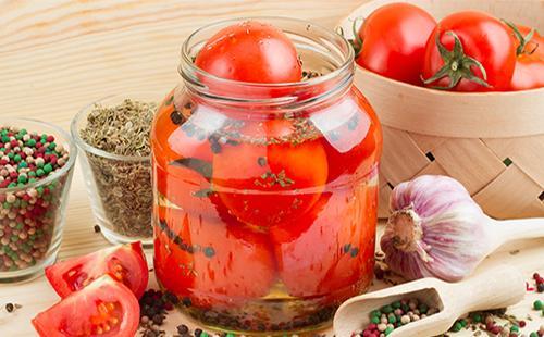 Консервированные помидоры в банке с чесноком и специями