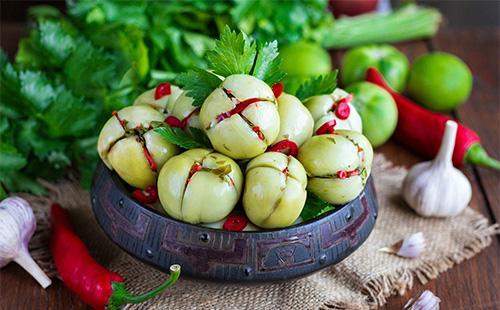 Фаршированные зеленые помидоры в тарелке