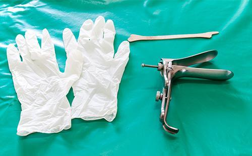 Гинекологический инструмент и одноразовые перчатки