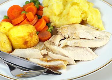 Отварная куриная грудка с картофелем и овощами