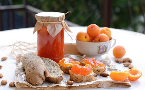 Банка с абрикосовым вареньем на столе