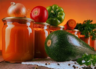 Банки с аджикой, кабачки, помидоры и болгарский перец