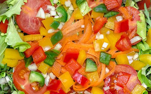 Кусочки овощей в миске