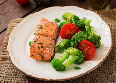 Паровой лосось с овощами