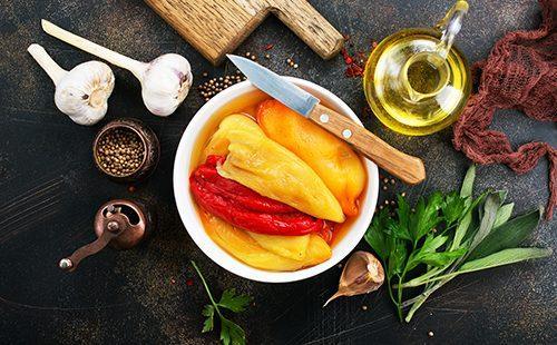 Пряные овощи на кухонном столе