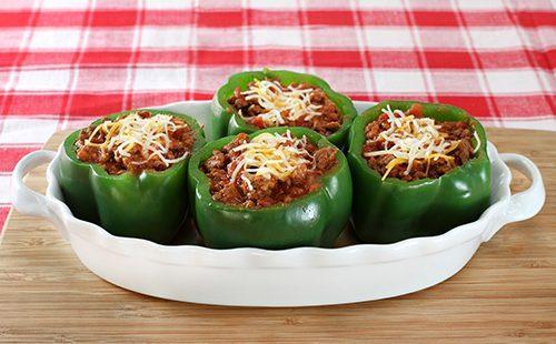 Зелёные перцы в овальном блюде