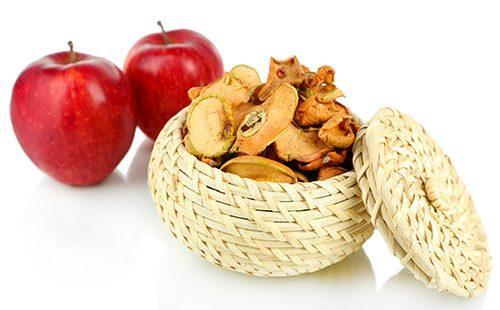 Сушёные яблоки в плетёной корзине