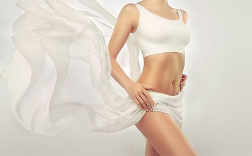 Красивая девушка с белой накидкой
