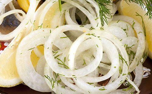 Луковые кольца с укропом и лимоном