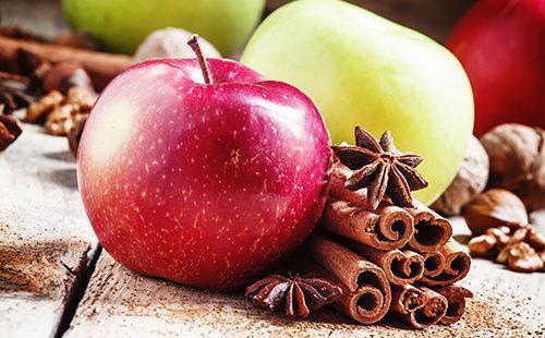 Яблоки и палочки корицы