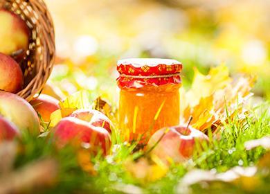 Баночка яблочного джема на траве