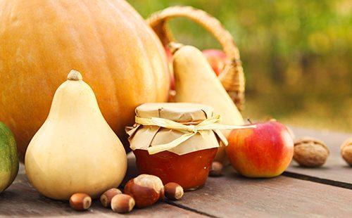 Банка джема, тыквы, орехи и яблоко