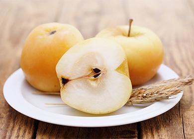 Моченые яблоки на тарелке