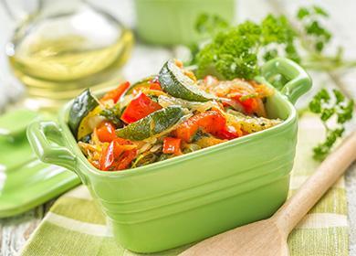 Овощное рагу в зеленой миске