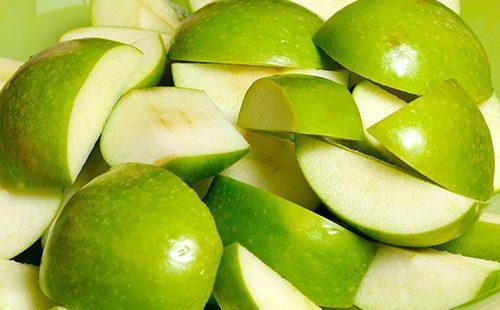 Кусочки зелёного яблока
