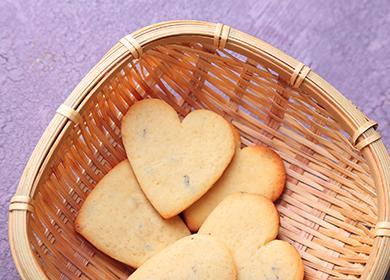 Печенье в форме сердечек в корзине