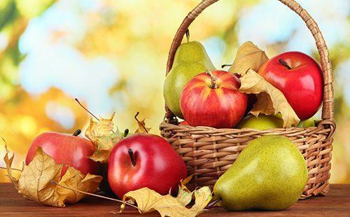 Корзина красных яблок и груша