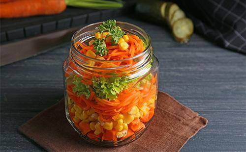 Салат с морковью и горошком в банке