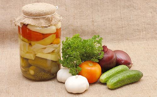 Консервированные овощи в банке