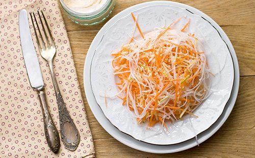 Тарелка салата, вилка и нож