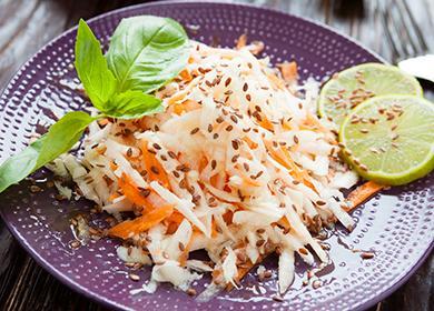Тарелка салата из редьки и моркови