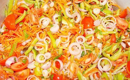 Овощной салат в кастрюле