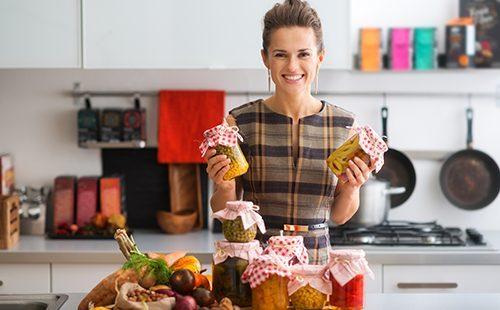 Счастливая домохозяйка на кухне