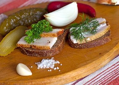 Бутерброды с салом и огурчики