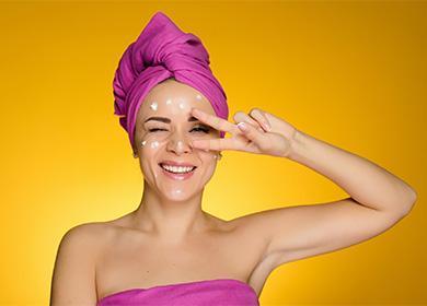 Женщина с кремом на лице