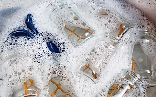 Чистые стеклянные банки в мыльной воде