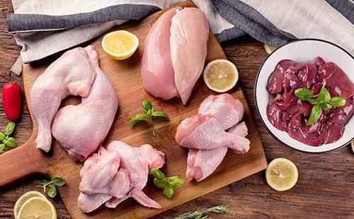 Разделанная курица на доске