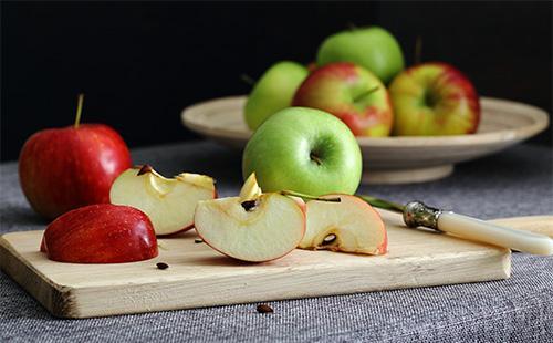 Кусочки яблок на доске