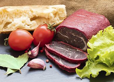 Вяленое мясо с хлебом, помидорами и чесноком
