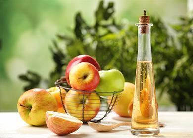 Яблочный уксус в бутылке на столе