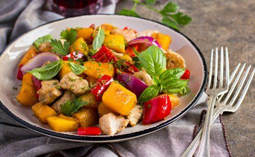 Блюдо с овощами и две вилки