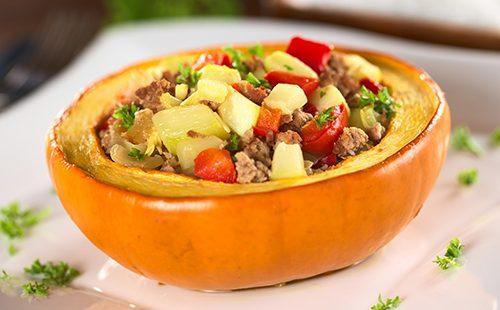 Половинка тыквы с мясом и кабачками