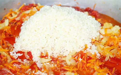 Рис в кастрюле с салатом