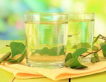 Березовый сок в стаканах