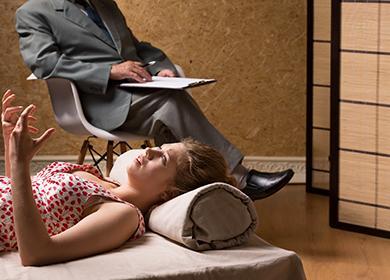 Девушка на сеансе у психотерапевта